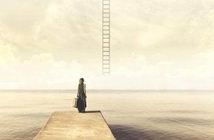 Una donna che guarda una scala