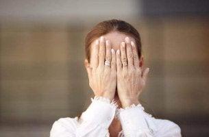 Donna che si copre il volto perché soffre di agnosia