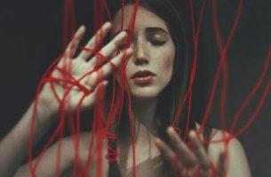 Donna circondata da fili rossi realtà che sembrano amore