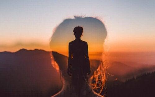 Una donna con delle montagne all'orizzonte