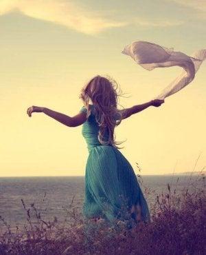 Donna con un foulard al vento