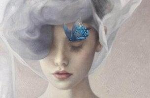 Una donna con una farfalla sul viso racconto di trasformazione