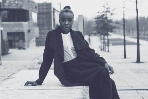 Donna di colore seduta