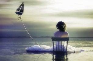 Donna di spalle che applica il pensiero equilibrato