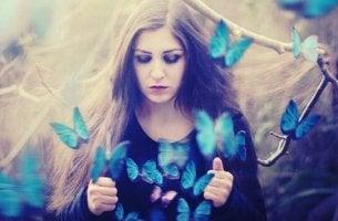 Donna con farfalle che escono dalla maglia