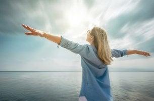 Donna felice che ha adottato abitudini sane per raggiungere i suoi sogni