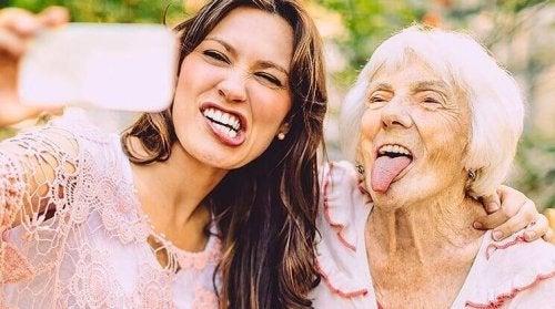 Due amiche, una giovane e una anziana, che si fanno un selfie