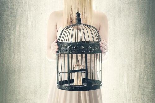 Donna in gabbia