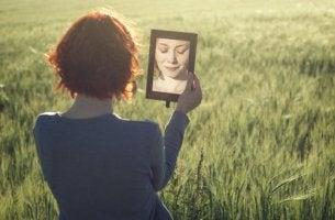 Donna riflessa allo specchio autoconcetto
