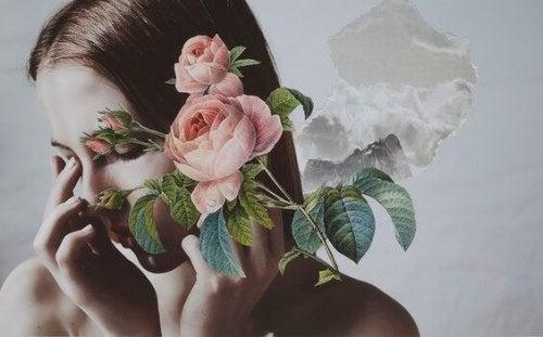 Donna con delle rose davanti al volto