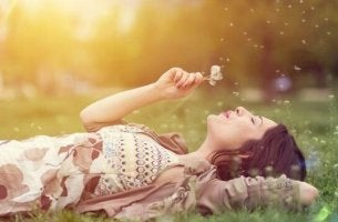 Donna sdraiata che sogna