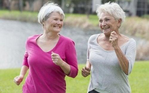Donne anziane che fajogging per invecchiare felici