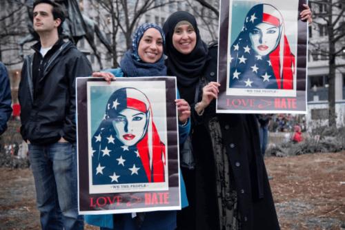 Donne islamiche con cartelli contro la xenofobia