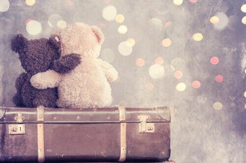 Due orsetti abbracciati che rappresentano l'amicizia