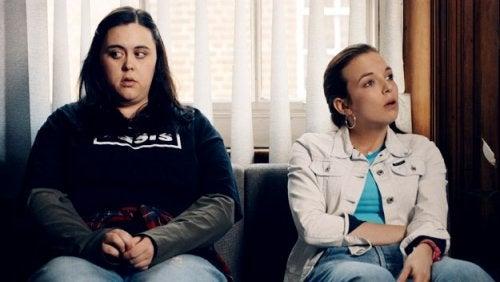 Due ragazze sedute