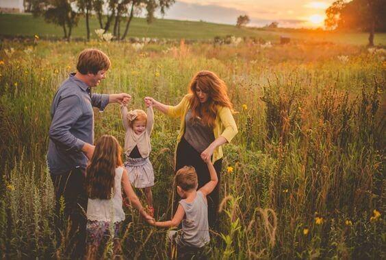 Famiglia che fa il girotondo
