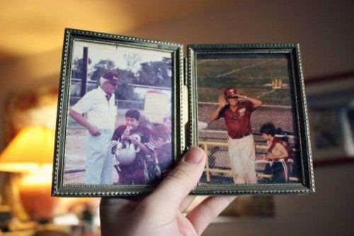 Foto di nonno e nipte che giocano a rugby