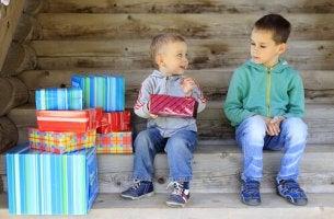 Fratello maggiore che guarda male suo fratello minore gelosia tra fratelli