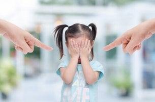 Caratteristiche dei genitori tossici che sgridano la figlia