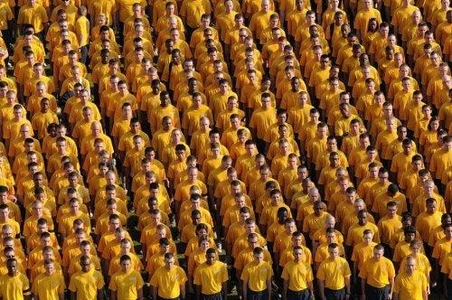 Gruppo di uomini con la stessa maglia