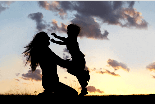 Mamma e figlio che si abbracciano