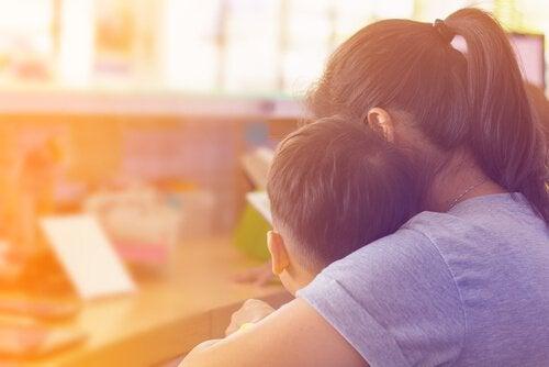 Mamma che parla con suo figlio autistico