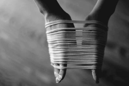 Mani con dei fili