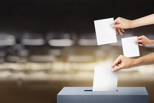 Mani con voti