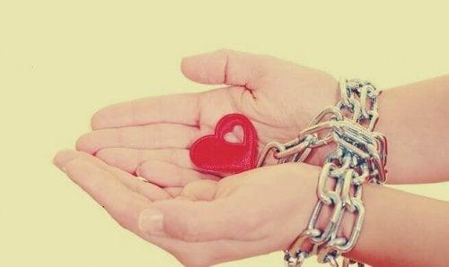 Mani incatenate da un cuore