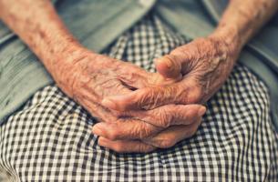 Mani di una persona anziana che soffre di demenza