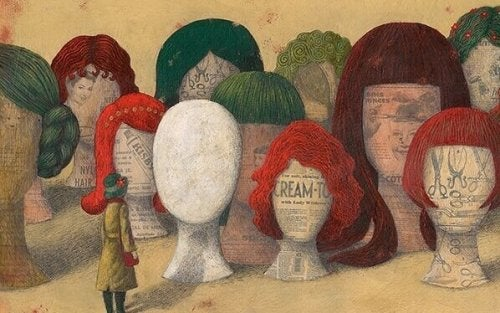 Donna davanti a dei manichini con parrucche, rappresentazione della famiglia narcisista