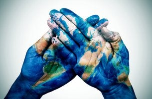 Mani dipinte con disegno del globo terrestre psicologia culturale