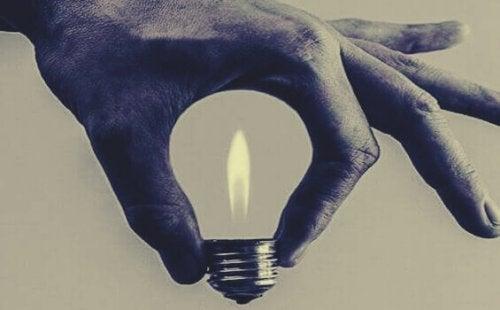 Mano che forma una lampadina, come rappresentazione delle idee delle frasi di Anna Freud
