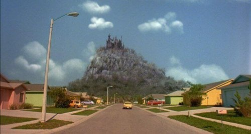 Montagna con castello oscuro