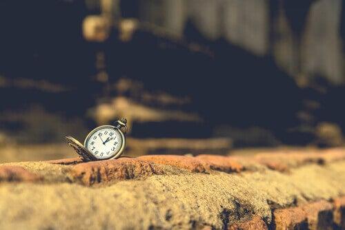 Orologio su pietra, rappresenta il tempo per avvicinarsi ai sogni