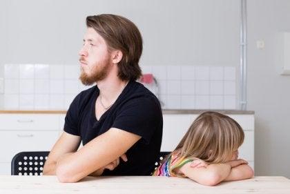 Padre arrabbiato con la figlia che fa i capricci