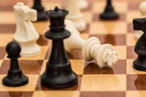Pedine degli scacchi che rappresentano il potere sociale