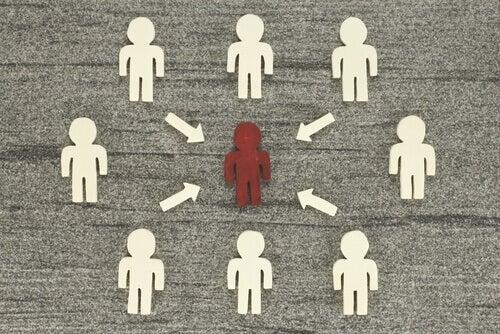 Una persona che viene influenzata dagli altri