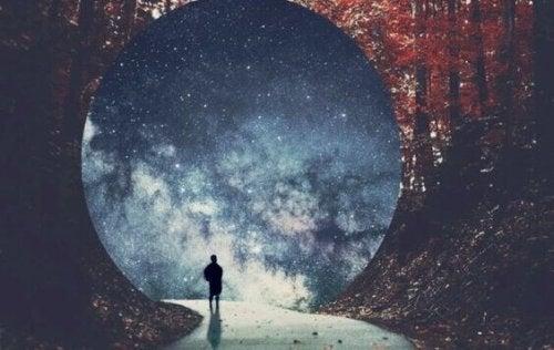 Persona che cammina verso un tunnel