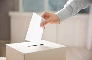 Persona che mette un voto politico nell'urna