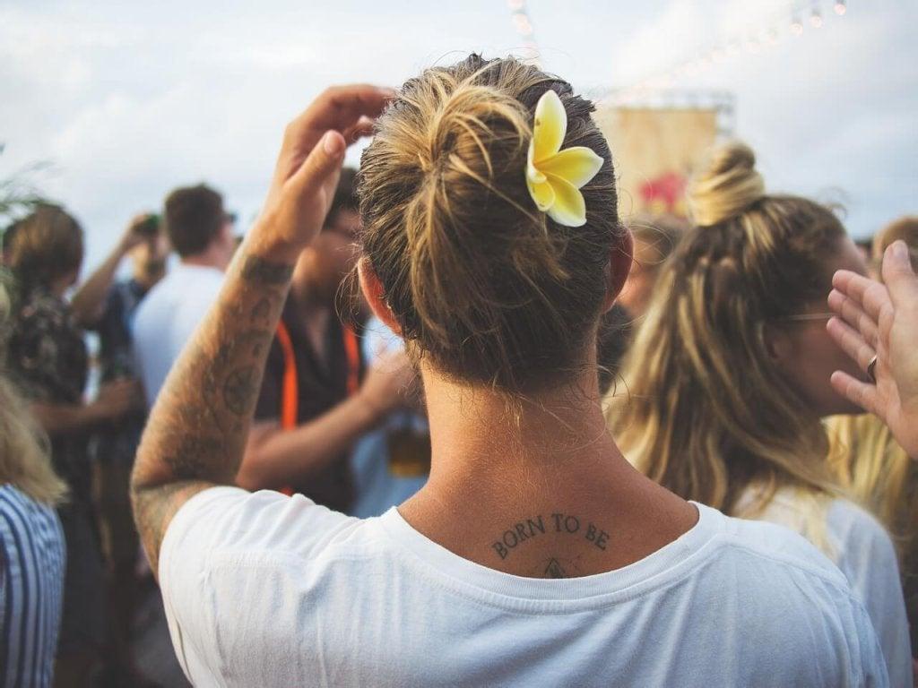 Persona con un tatuaggio sul collo