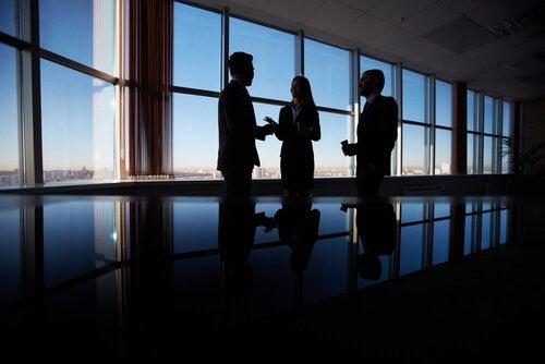 Persone diplomatiche che parlano di negoziazione