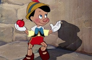 Pinocchio con una mela