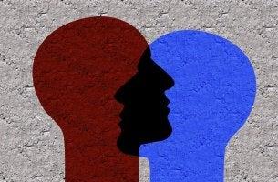 Profili di due teste sovrapposte identità sociale