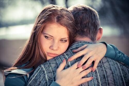 Ragazza con disturbo passivo aggressivo che abbraccia il suo partner