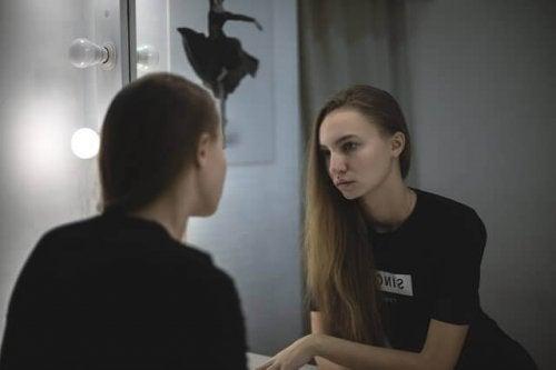 Ragazza che si guarda allo specchio
