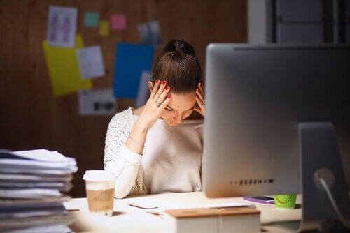 Ragazza stressata per il suo lavoro
