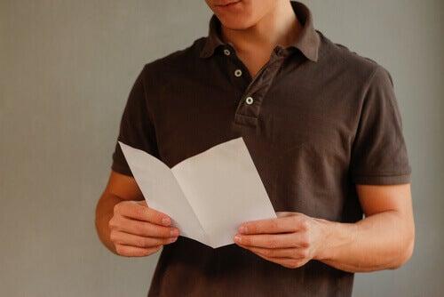 Ragazzo che legge un volantino informativo
