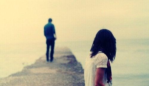 Ragazzo che si allontana dalla sua ragazza dopo che le ha detto di non amarla più
