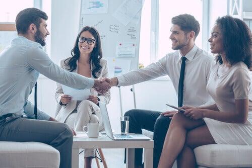 Bravi negoziatori che si stringono la mano